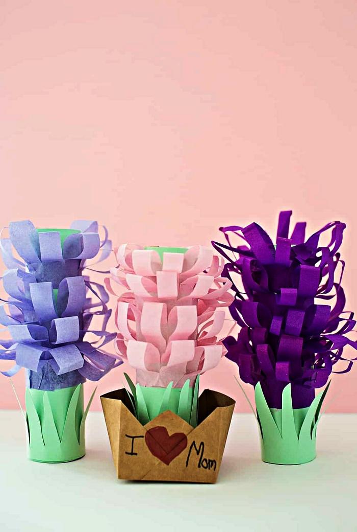 des fleurs en pot réalisé entièrement en papier à offrir comme cadeau pour la fête des mères, cadeau fait-main pour la fete des meres maternelle