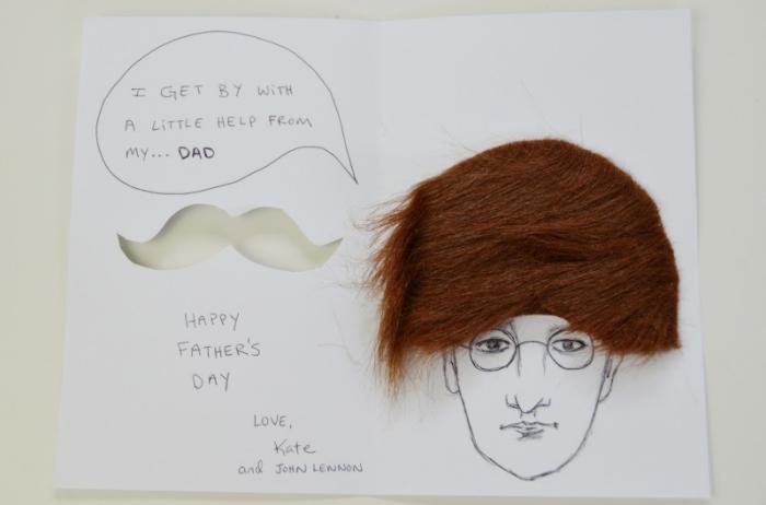 modèle de carte en papier blanc avec décoration faux fur, exemple carte originale pour la fête des pères à faire soi-même