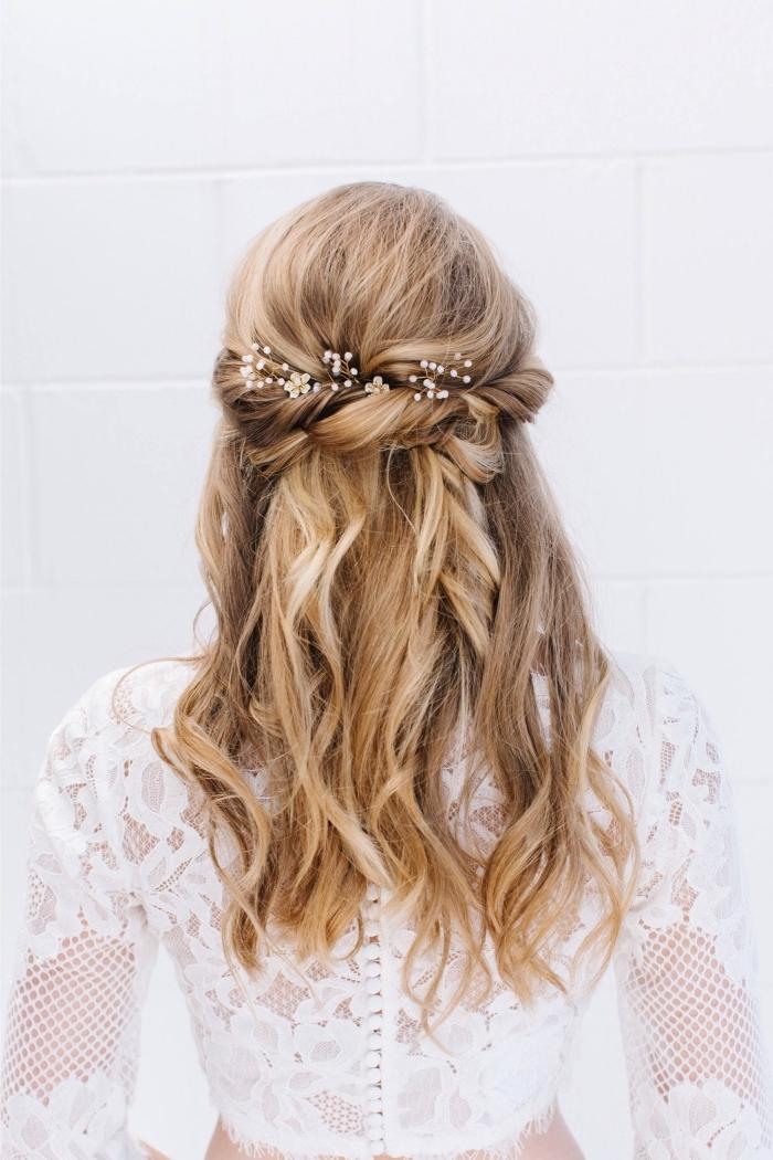 exemple de coiffure romantique pour mariage bohème, coiffure facile a faire pour mariée, coiffure rapide cheveux long