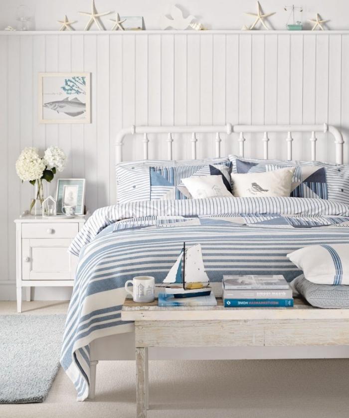 comment décorer une chambre d'enfant dans l'esprit marin, pièce blanche de deco marine aménagée avec meubles bois