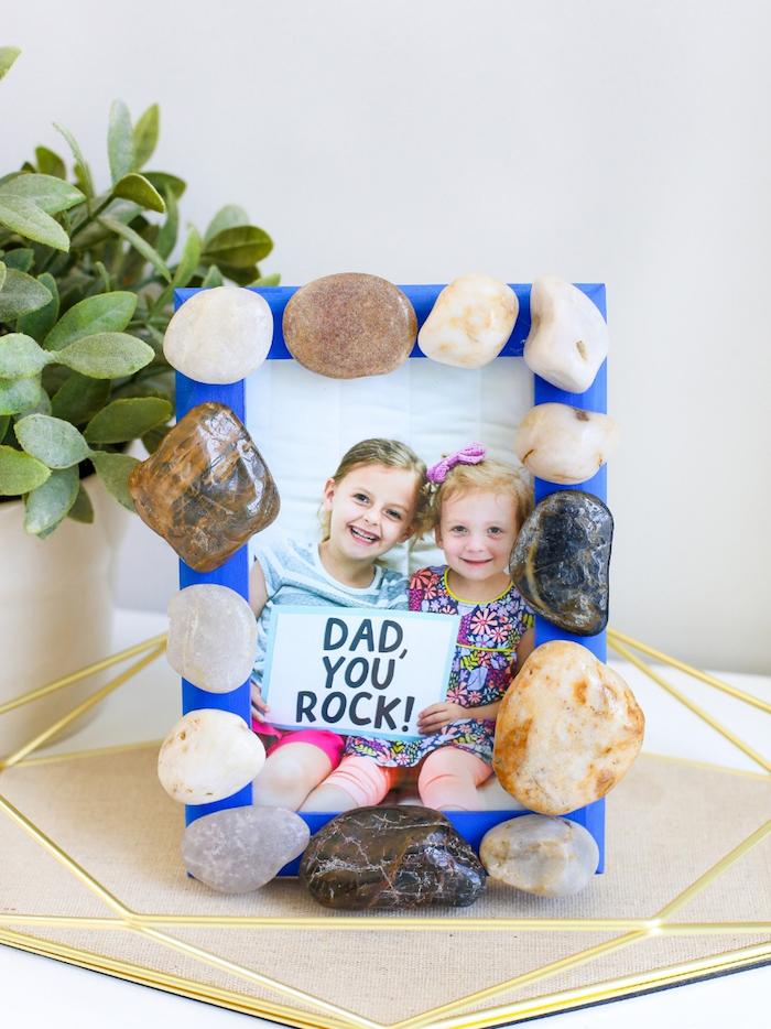 idée de cadre photo diy bricolage pour la fête des pères original cadre photo repeint en bleu marine avec des galets decoratifs et photos enfant