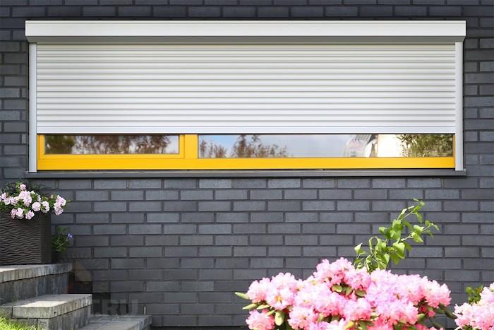 pose de moteur volet roulant sur une fenêtre, idée mécanisme pour ouvrir et fermer son volet automatiquement