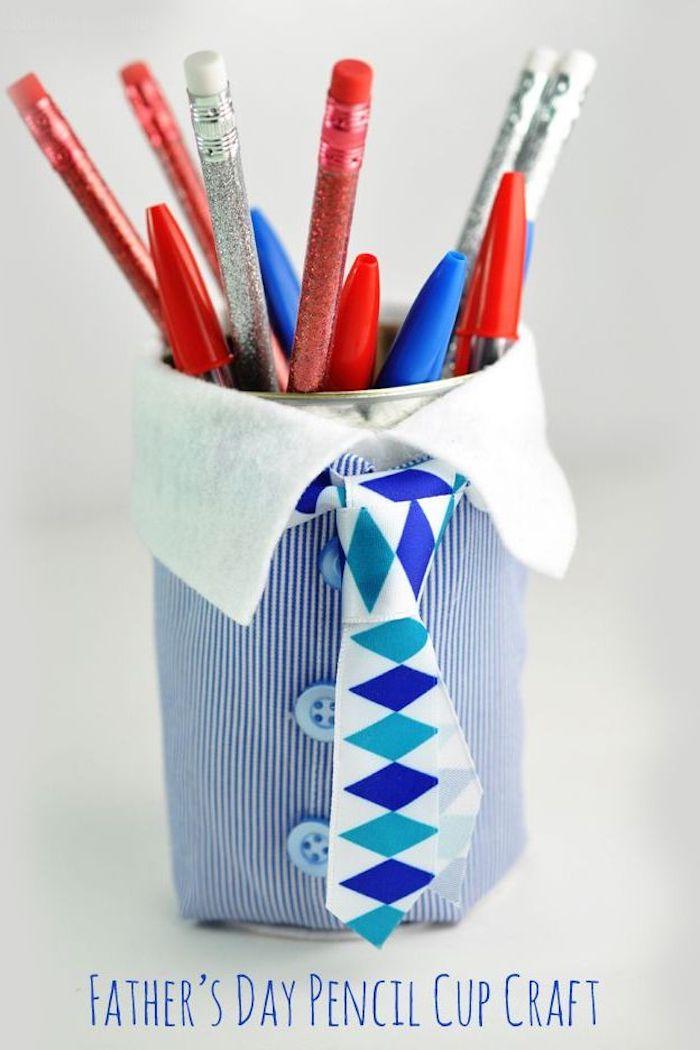 idee cadeau fete des peres pots à crayon habillés de costume en tissu avec boutons et cravate diy fete des peres maternelle