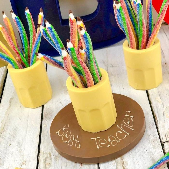 idée de cadeau gourmand, cadeau maitresse personnalisé pas cher, des gélifiés en forme de crayon dans pot à crayons de chocolat blanc