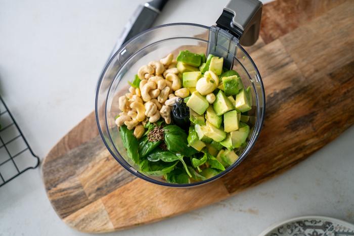 placer les noix de cajou, les cubes d avocat, les feuilles de basilic et le cumin dans un mélangeur, amuse bouche facile sans cuisson