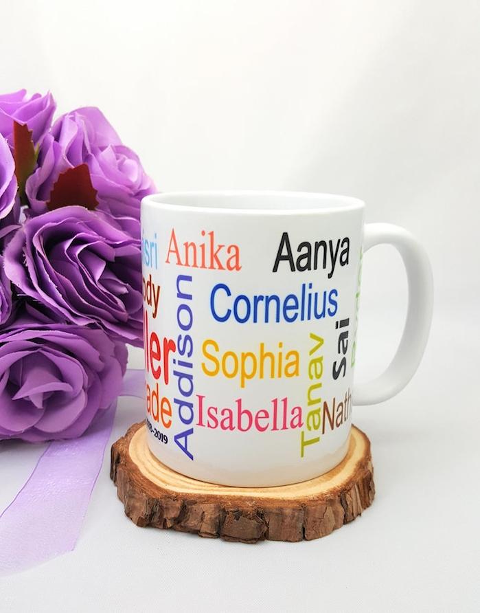 cadeau maitresse personnalisé, mug maitresse avec les prénoms des élèves sur un rondin de bois
