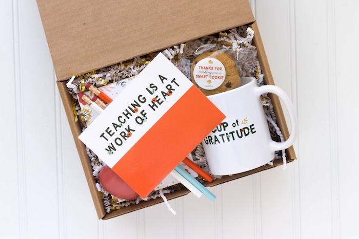 idee de mug maitresse dans une boite de carton avec des crayons en couleurs, carte pour maitresse et paquet de biscuits