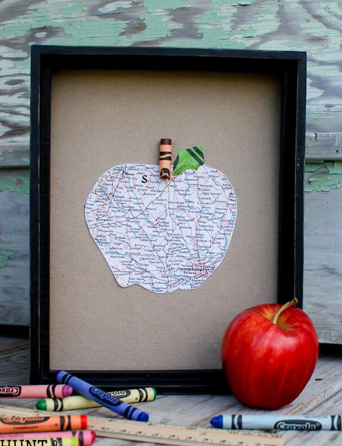 cadeau merci maitresse, idée de cadre noir avec image pomme mappemonde, carte du monde sur fond de papier cartonné gris