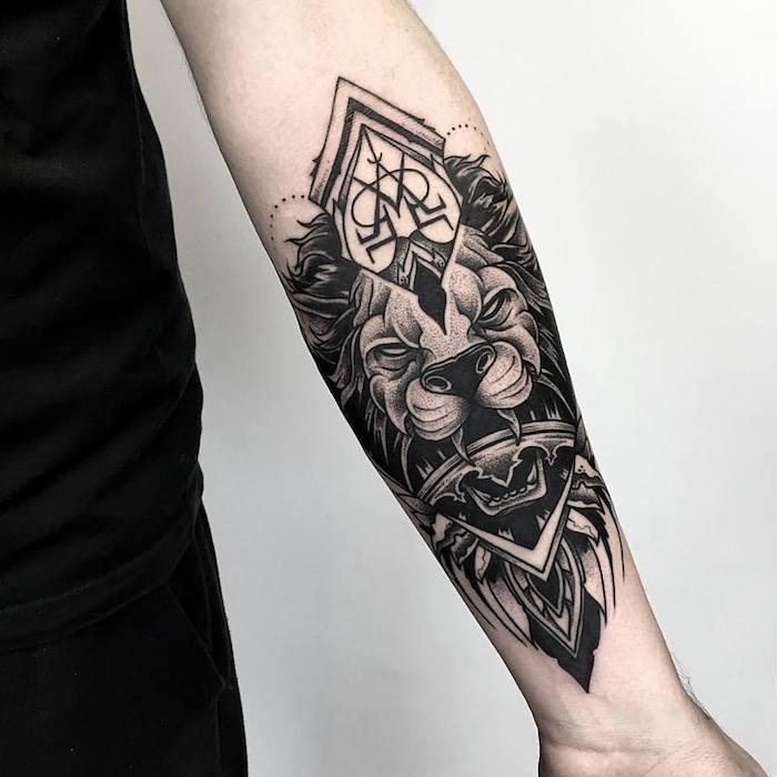 tatouage lion encre noire, exemple d'animal sauvage symbole de la force avec une couronne
