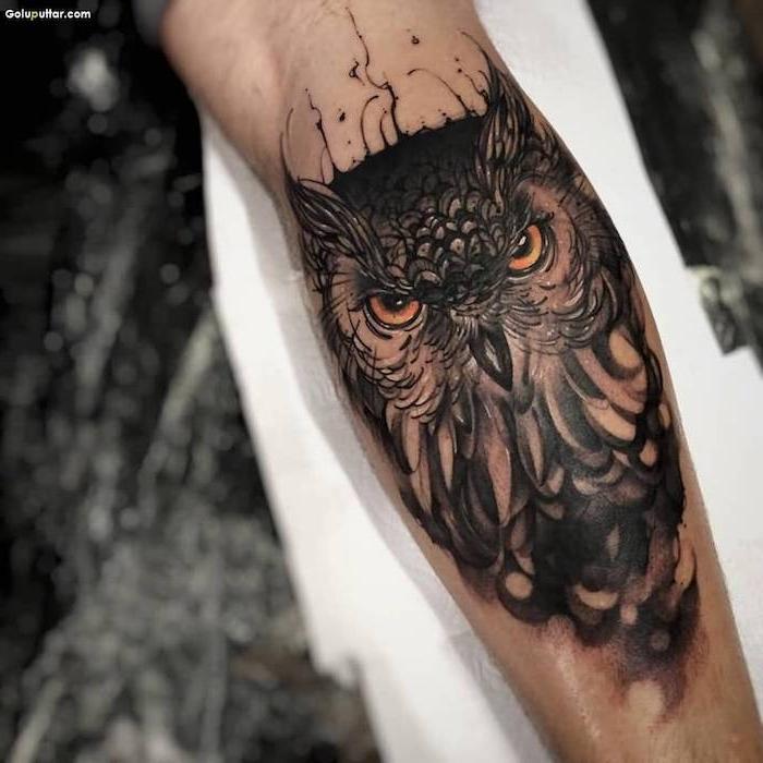 hibou tatouage sur le bras, animal oiseau aux yeux marron tatoué sur l avant bras d un homme