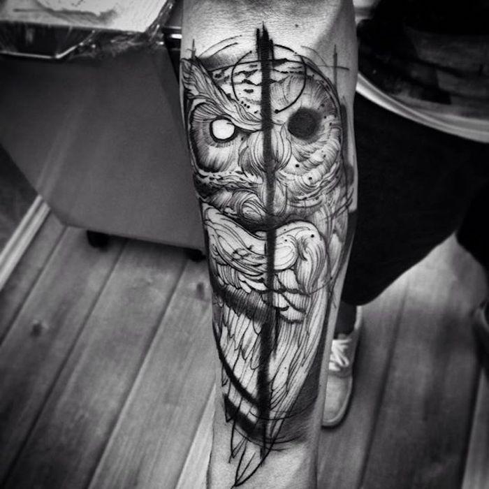 image demonique de hibou aux contours noirs tatoué sur le bras d un homme, dessin graphique hiperréaliste