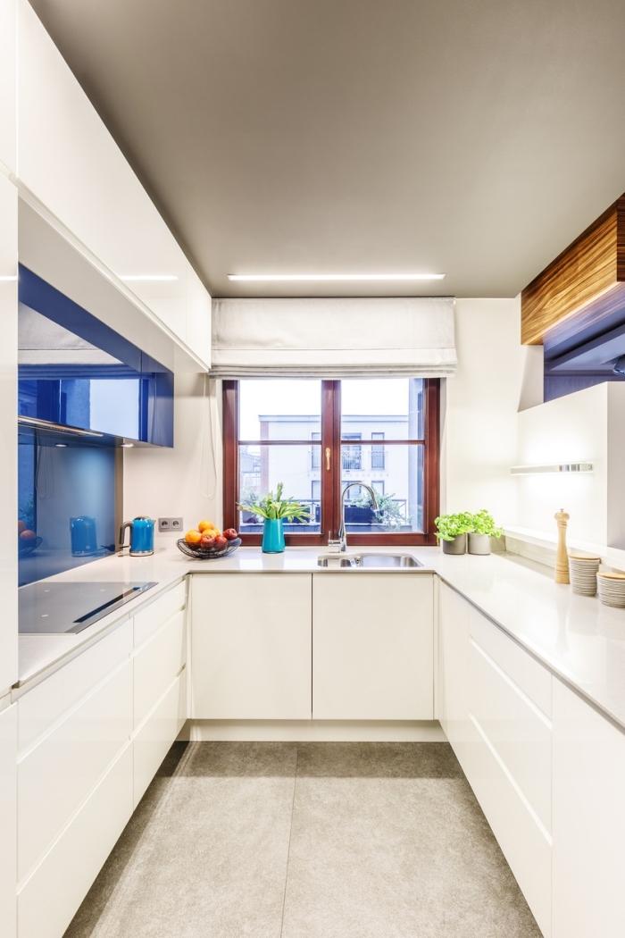 idée cuisine équipée pas cher, modèle de petite cuisine sur trois murs avec crédence verre, idée éclairage de plafond led