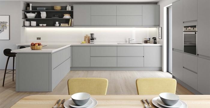 comment aménager une cuisine en blanc et gris avec parquet bois clair, déco de cuisine en U ouverte vers la salle à manger