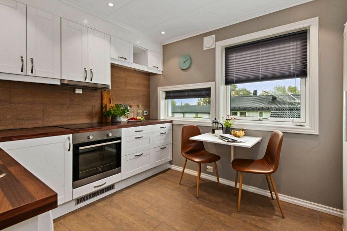 aménagement d'une petite cuisine en l équipée de meubles bas et hauts blancs, cuisine blanc et bois avec coin repas