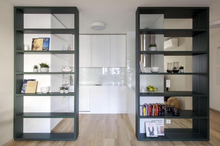 déco de cuisine petit espace, modèle de cuisine total blanc aménagée en forme de U avec parquet bois clair