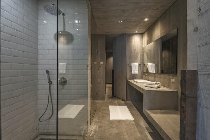salle de bain zen, carrelage métro et revêtement en béton, paroi de douche en verre, salle de bain spa
