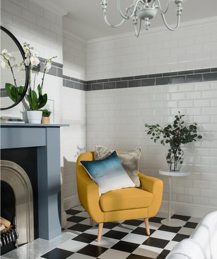 salon art déco, fauteuil jaune, carrelage damier, miroir rond, plafonnier vert menthe vintage, cheminée décorative