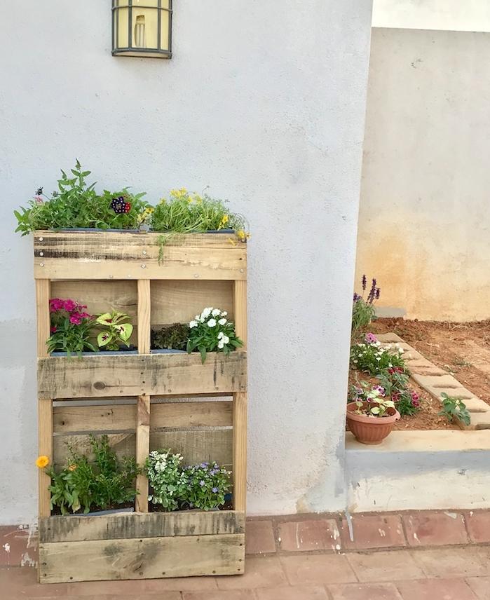 jardin vertical miniature a faire soi meme en bois recyclé avec des fleurs plantés à l extérieur, amenagement exterieur maison