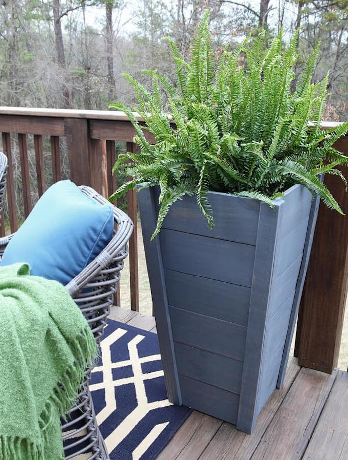 idée de plante verte dans un bac à fleurs en bois recyclé et repeint en gris pour decorer un balcon