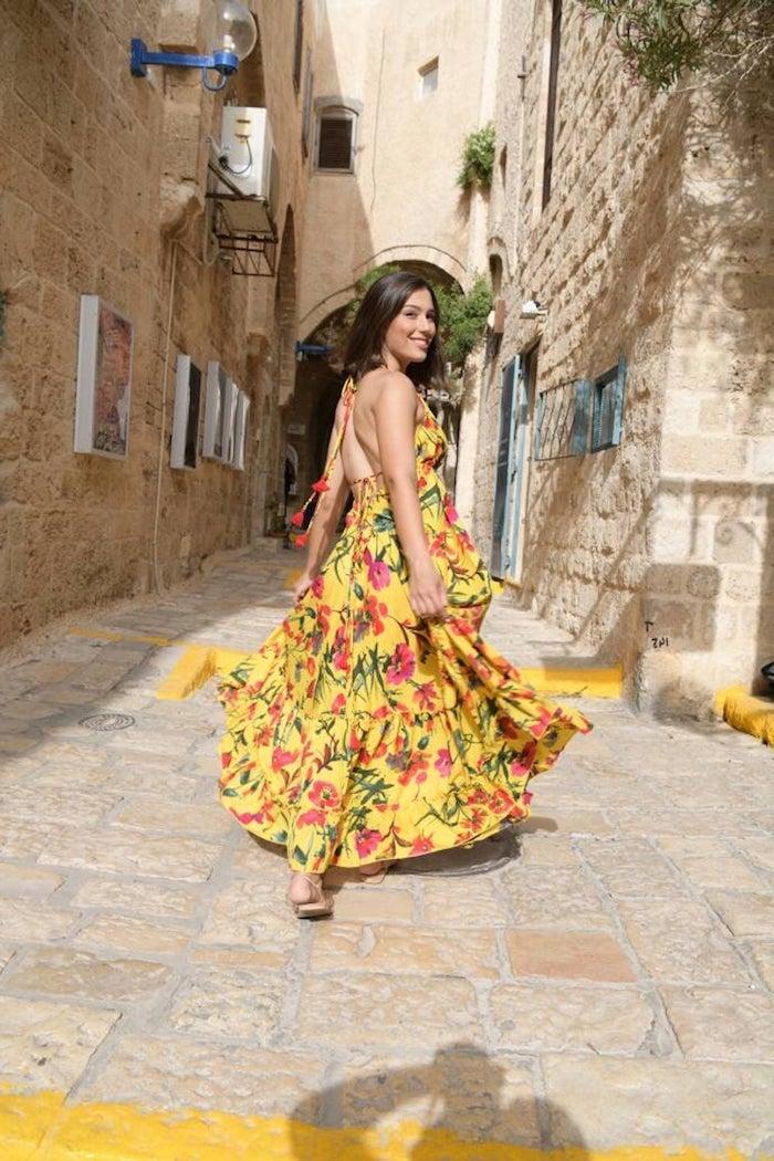 Jaune robe inspiration en photo de style, robe longue bohème, robe longue été, femme en quartier gothique, europe robe jaune fleurie