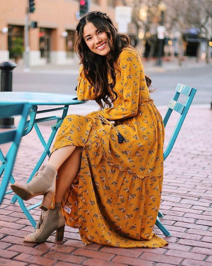Table et chaises bleus, femme coiffure ondulée bohème, bottines d'été à talon, robe longue femme, style femme hippie chic, robe parfait pour un festival