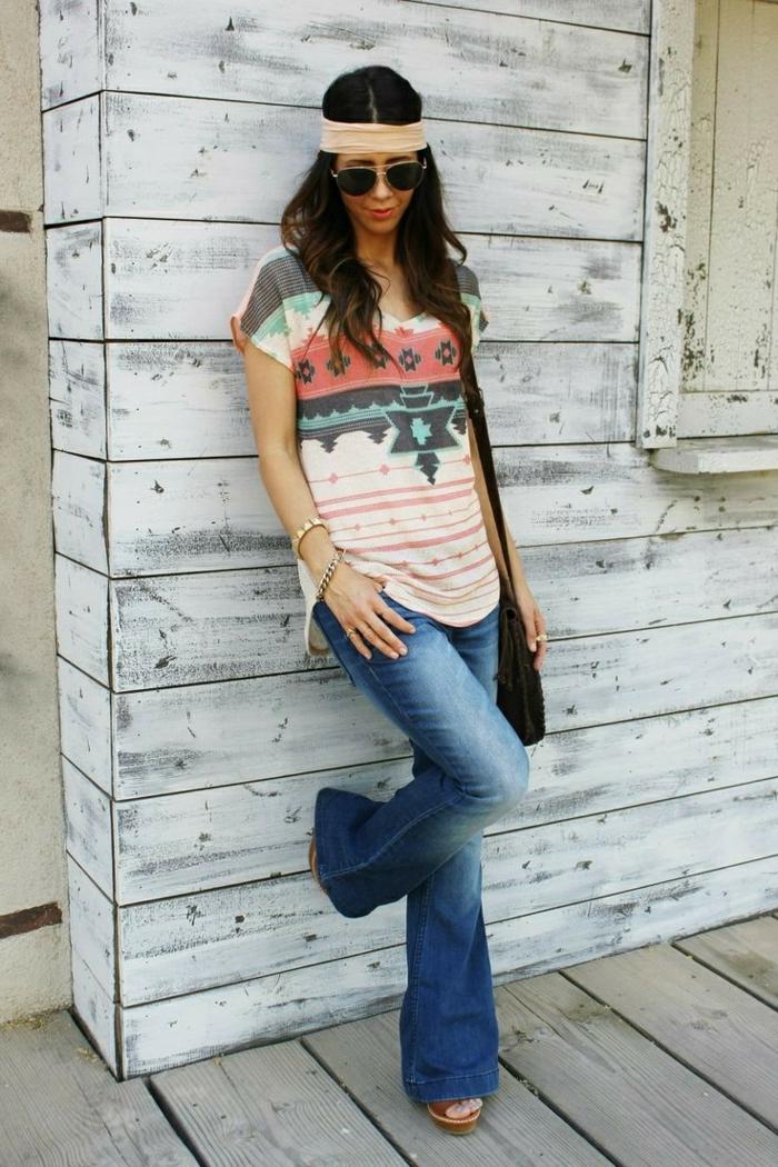 look hippie femme, jeans bleus, t-shirt motifs ethniques, bandeau cheveux, lunettes de soleil, sac épaule