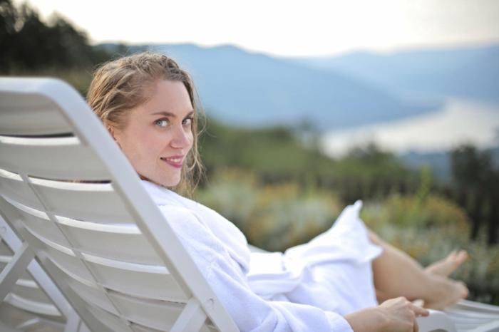 linge de bain et vêtement de spa moderne, peignoir de bain pour femme, chaise-longue blanche