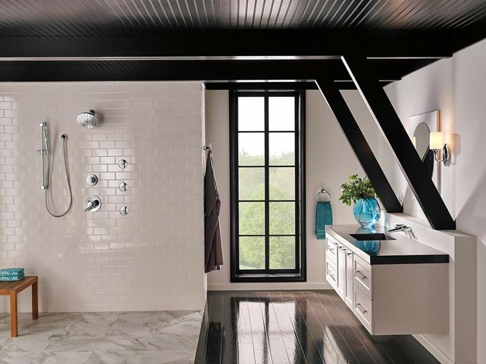 intérieur de salle de bain lumineux, plafond noir, fenêtre japonaise, sol en planches de bois foncé
