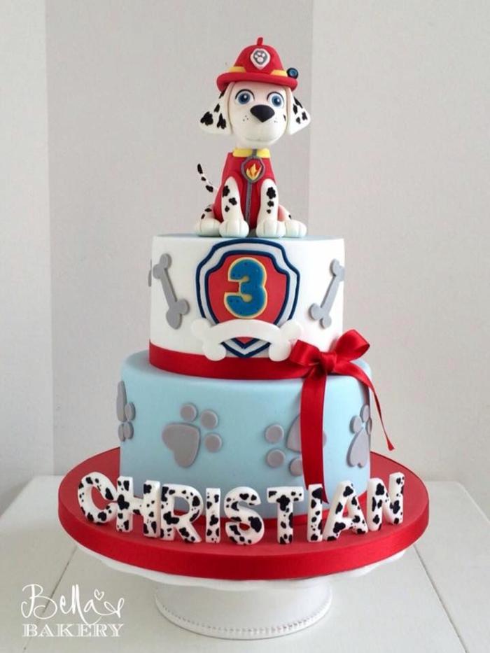 gateau de deux étages, gateau bleu et blanc, empreintes de pattes, figurine chien dalmatien