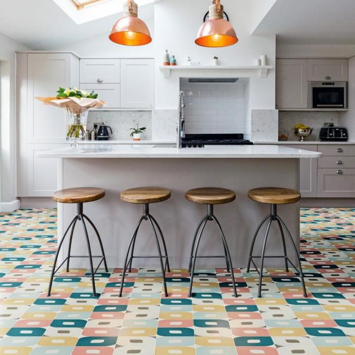 cuisine artistique, lampes pendantes oranges, tabourets style industriel, crédence cuisine blanche, armoires de cuisine blanches