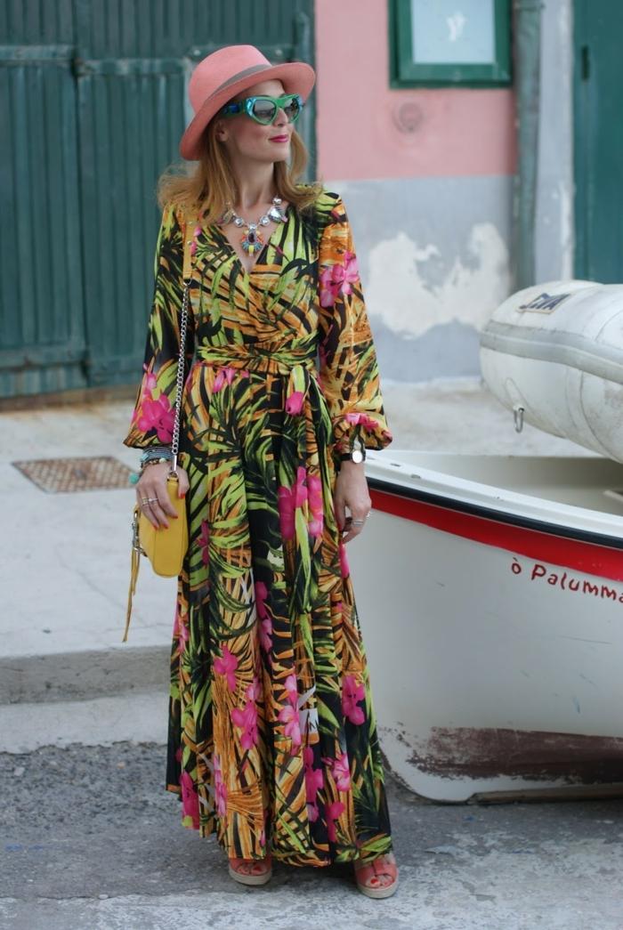 robe exotique imprimé floral, chapeau rose, lunettes de soleil vertes, sac jaune, collier massif