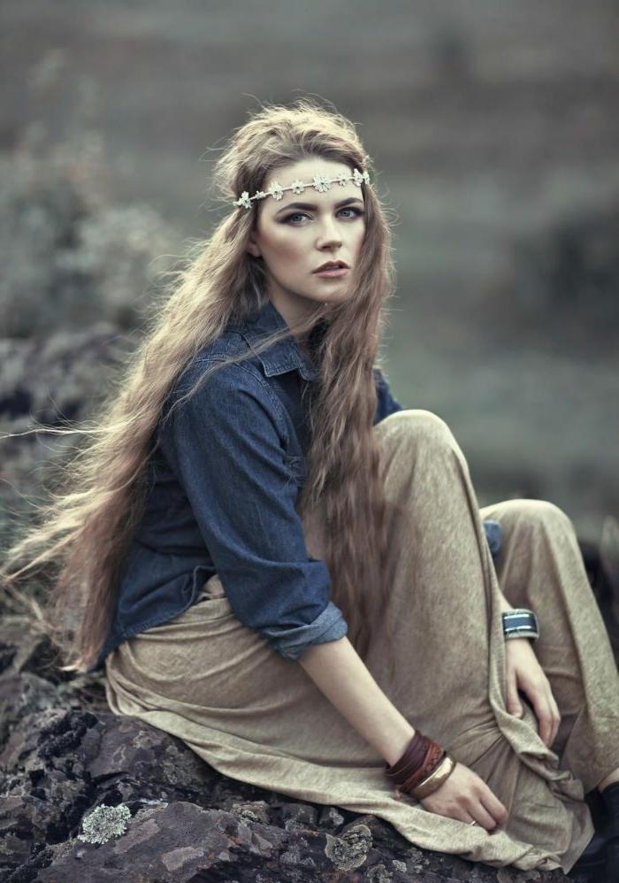 coiffure bohème, chemise bleue, jupe longue boheme en lin, bracelets en cuir et en métal, diadème subtile