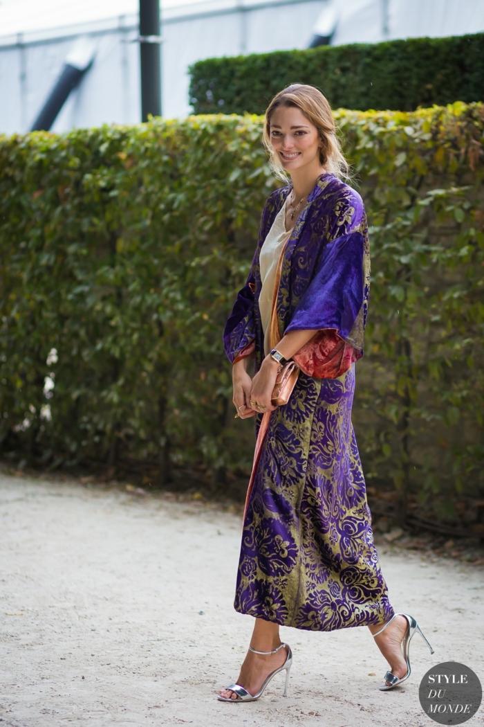tenue hippie chic, jupe longue boheme, top lilas, cheveux blonds, sandales élégantes