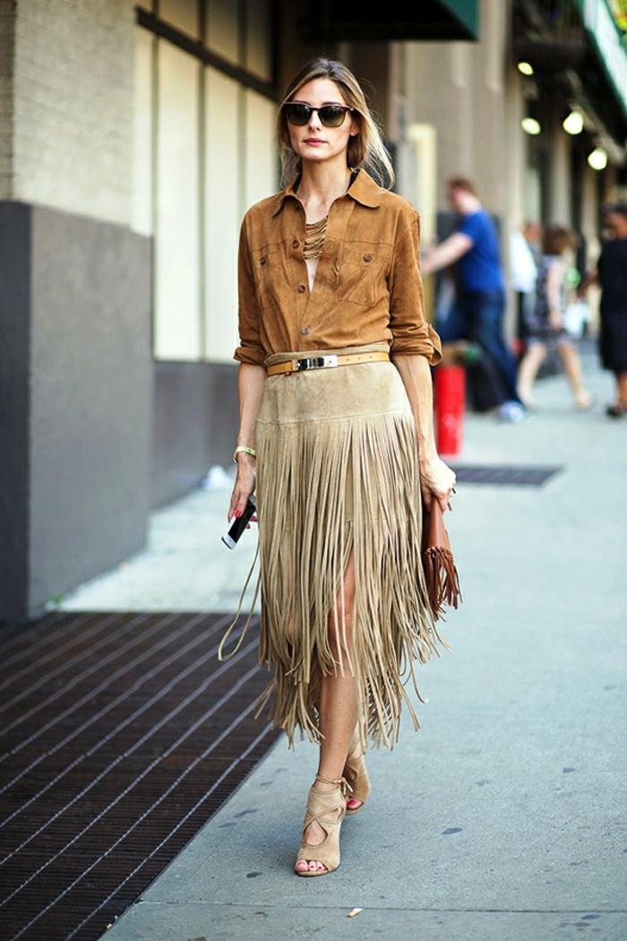 Olivia Palermo, jupe frangée, chemise camel, lunettes de soleil, sac à main frangé
