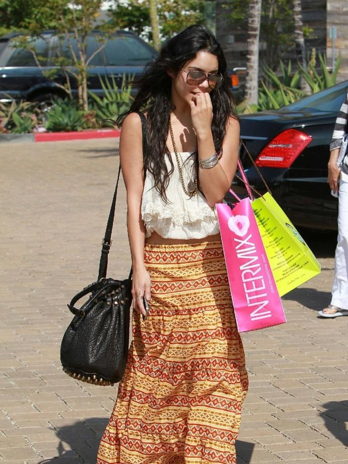jupe longue motifs ethniques, shirt blanc, sac noir, vetement hippie chic, lunettes de soleil