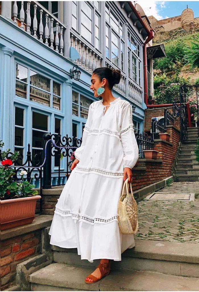 Longue blanche robe à manche blanche, sandales et sac à main ronde, coiffure chignon, boucles d'oreilles bleus, belle maison, robe ete 2019, robe longue blanche, robe hippie chic