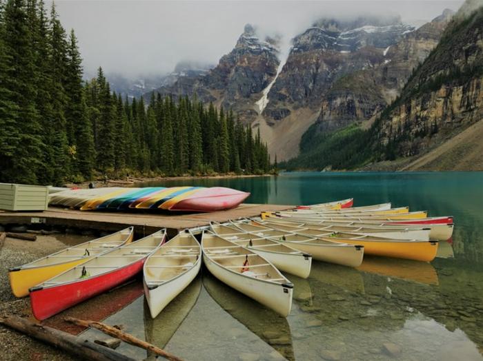 plusieurs bateaux près d'un quai au bord d'un joli lac, destination de vacances