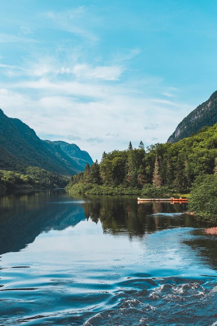 Lac et pins autour, paysage magnifique, le plus beau pays du monde, endroit paradisiaque en europe