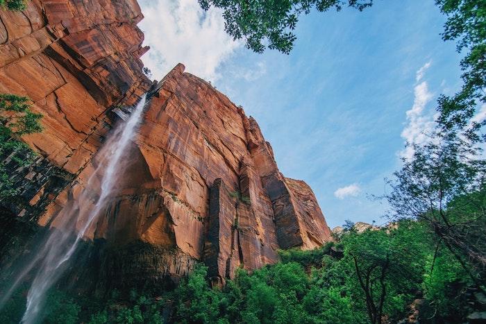 Chute d'eau magnifique, les plus beaux paysages du monde, belle photo de la terre nature, bleu ciel contraste avec les roches oranges