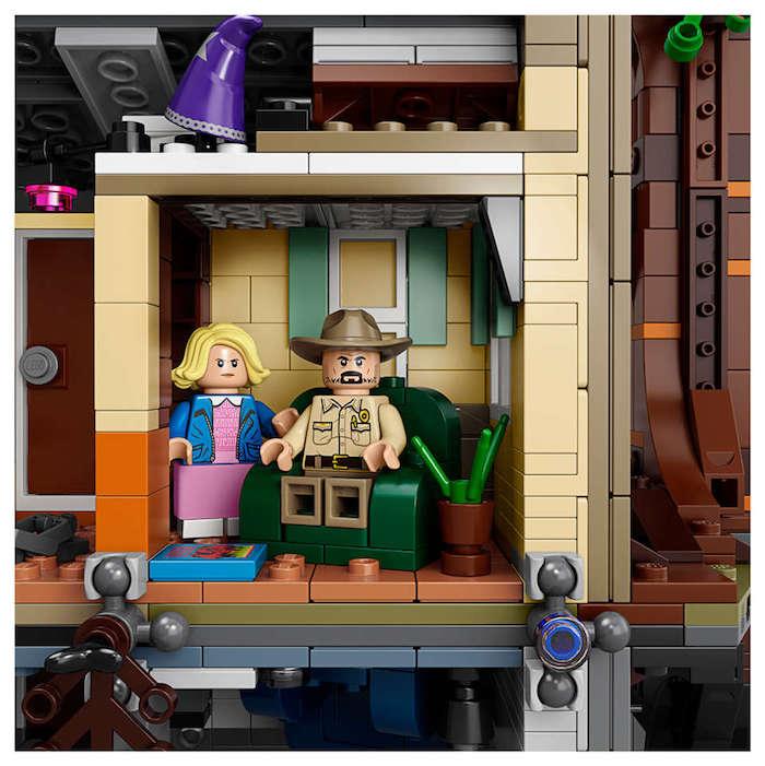 Lego Stranger Things, la maison de byers dans les premiers deux saisons, elle lego, cherif lego, canapé pièce cactus