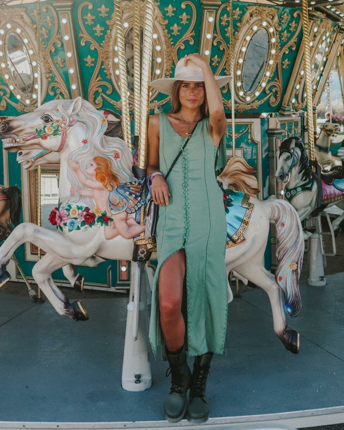 robe fendue verte, bottes noires, chapeau blanc, caroussel, look bohème chic, capeline blanche