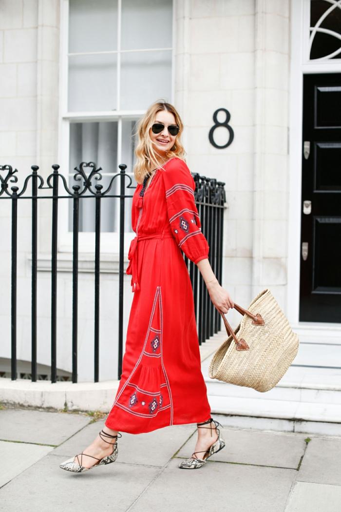look bohème chic avec une robe rouge avec broderies, lunettes de soleil, sac en paille, sandales avec lacets