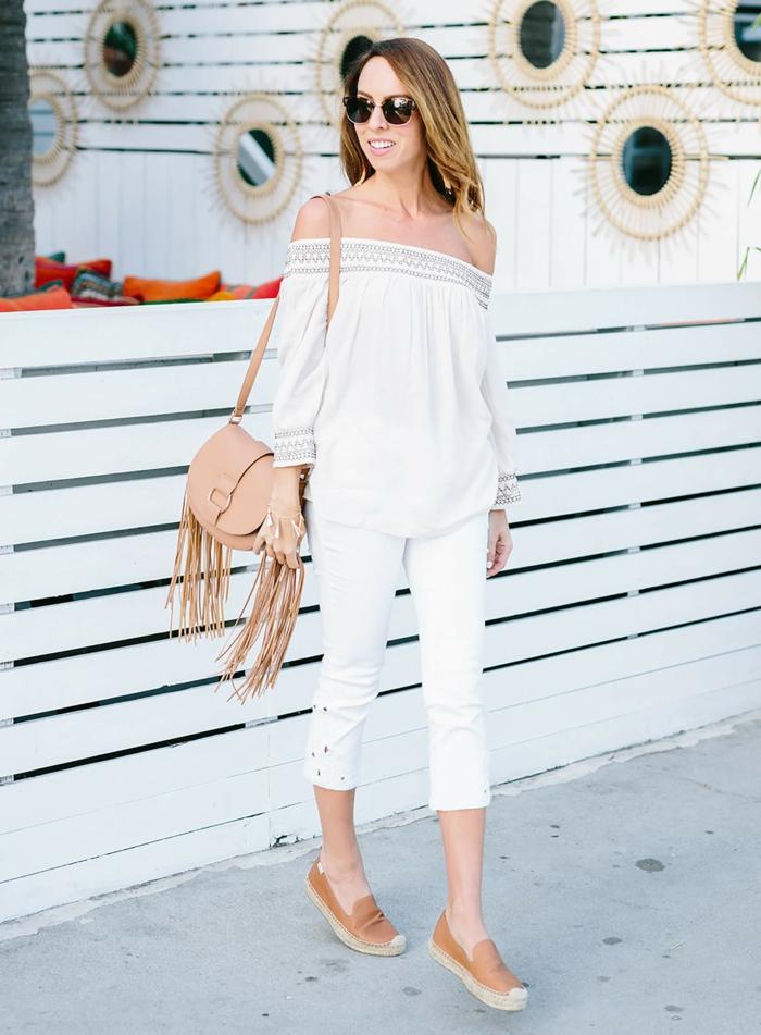 style boheme chic, femme en pantalon blanc et sac beige avec franges, look boheme chic