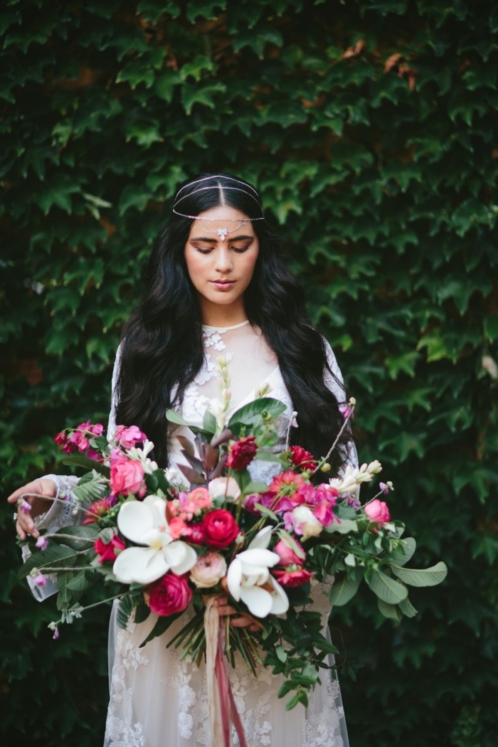 coiffure simple et rapide, modèle de robe de marie blanche manches longues et décolletée transparente à dentelle fleurie