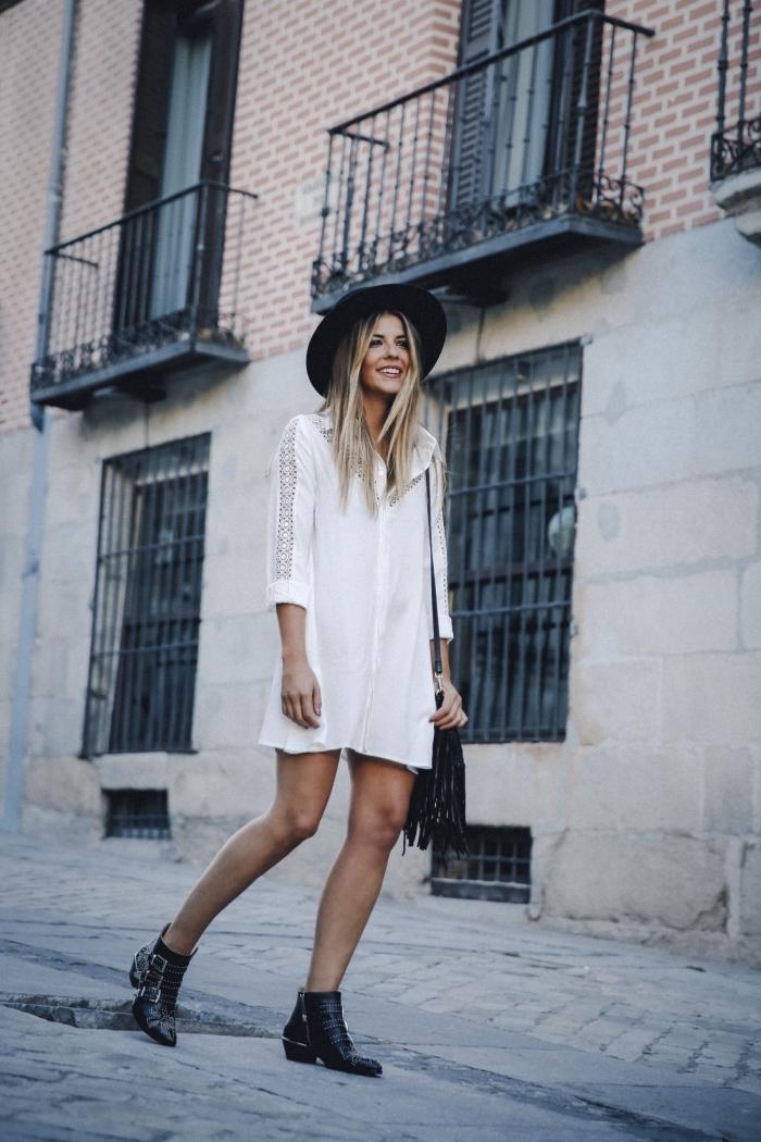 exemple de robe hippie chic dentelle blanche manches longues avec bottines clous et capeline noirs, balayage blond sur marron