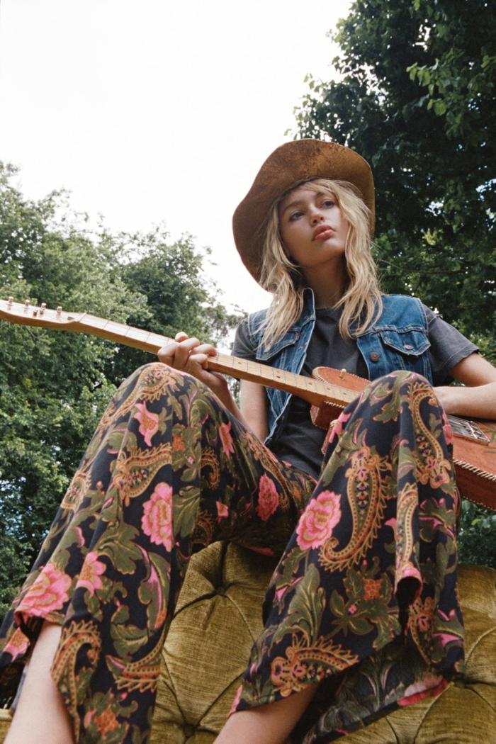 pantalon style hippie chic, guitare, chapeau camel, veste denim, mode hippie chic