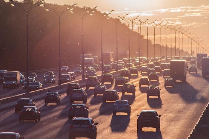 L'embouteillage est un norme pour les autoroutes en amérique et spécialement en LA, coucher de soleil photo beaucoup de voitures, traffic dans les états unies