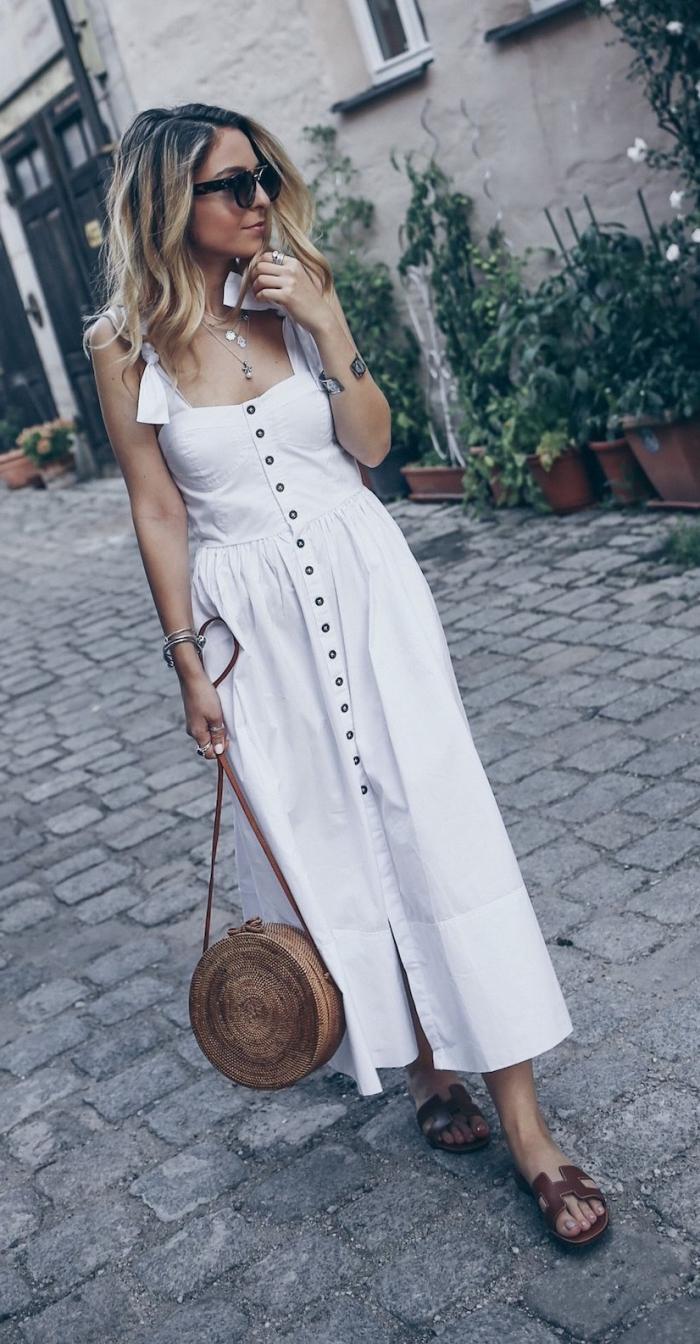 idée robe longue été de style bohème avec bretelle ruban et bustier boutonné, coloration ombré sur cheveux marron