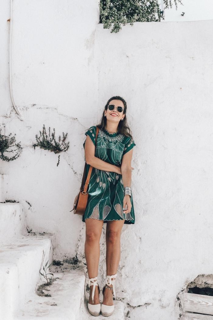 quelle couleur vêtement tendance été 2019, modèle de robe verte avec manches courtes combinée avec bracelet métal