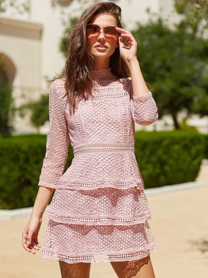 exemple de robe rose poudré courte, modèle de robe manches courte combinée avec paire lunettes de soleil rose
